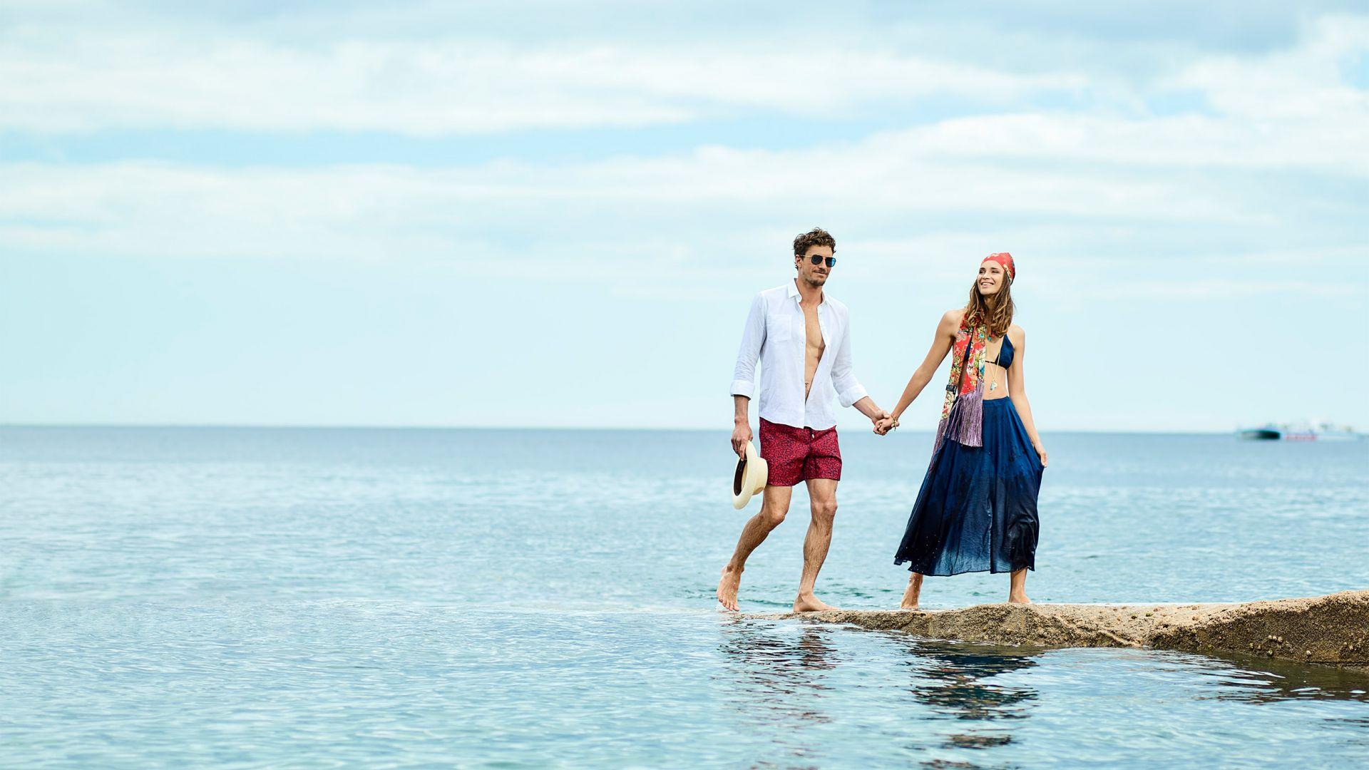 V-life: Couple walking on the beach.